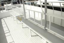 2階デッキのベンチは、カメラを構えやすいように配置しています
